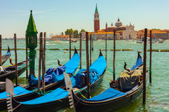 De gondels wachten op toerist in Venetië, Italië Stock Foto