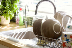 De gootsteen en de was van de keuken omhoog in zonlicht royalty-vrije stock fotografie