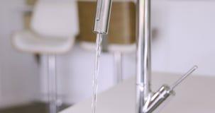 De gootsteen van de keuken met stromend water stock video