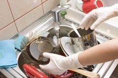 De gootsteenhoogtepunt van de keuken met schotels stock foto's