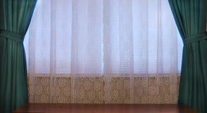 De Gordijnen van het venster en de Bovenkant van de Lijst stock afbeelding