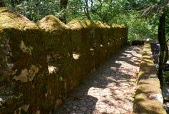 De gordijngevel en de verdedigingskantelen van Kasteel van leggen vast Sintra portugal stock foto