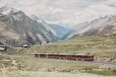 De Gornergrattrein met toerist gaat naar Matterhorn-berg stock afbeelding
