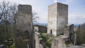 De gotische binnenplaats van de kasteelruïne met stenen stock video