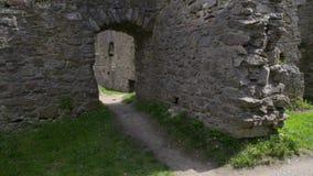 De gotische middeleeuwse gang van de kasteel oude poort door stock footage