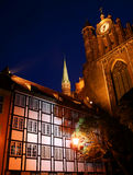 De gotische Toren van de Kerk met Klok stock afbeelding