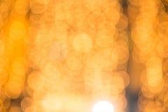 De gouden abstracte achtergrond met bokeh defocused lichten Royalty-vrije Stock Foto