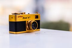 De gouden Achtergrond van Ricoh 16 Mini Film Camera Soft Focus Royalty-vrije Stock Foto