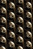 De gouden aluminiumdrank blikt pil in royalty-vrije stock afbeeldingen
