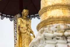 De gouden architectuur van de stupa traditionele tempel bij shwedagonpagode Yangon Myanmar Zuidoost-Azië Stock Fotografie