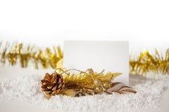 De gouden bal van het nieuwjaar op sneeuw met een band Stock Foto's