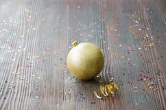 De gouden bal van Kerstmis Royalty-vrije Stock Afbeeldingen
