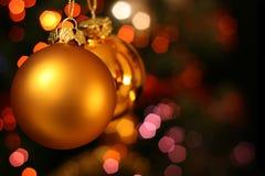 De gouden bal van Kerstmis royalty-vrije stock afbeelding