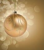 De gouden bal van Kerstmis met bokeh Stock Afbeelding