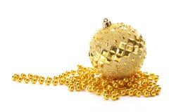 De gouden bal van Kerstmis met parels Royalty-vrije Stock Afbeeldingen