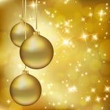 De gouden ballen van Kerstmis op abstracte gouden achtergrond Royalty-vrije Stock Afbeeldingen