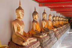 De gouden beeldhouwwerken van Boedha in Wat Pho, Bangkok, Thailand Stock Foto