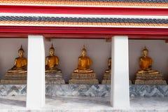 De gouden beeldhouwwerken van Boedha in Wat Pho, Bangkok, Thailand Stock Afbeelding