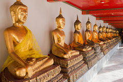 De gouden beeldhouwwerken van Boedha in Wat Pho, Bangkok, Thailand Royalty-vrije Stock Afbeelding
