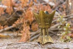De gouden brander van de wierookvatwierook op een houten logboek Royalty-vrije Stock Fotografie