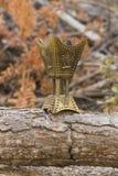 De gouden brander van de wierookvatwierook op een houten logboek Royalty-vrije Stock Foto's