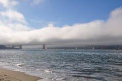 De gouden brug van de Poort met wolken - San Francisco stock fotografie