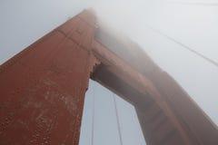 De gouden Brug van de Poort in Mist Stock Foto's