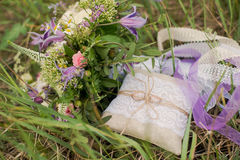 De gouden bruiloftringen op verfraaiden weinig hoofdkussen Royalty-vrije Stock Foto
