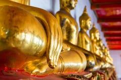 De gouden Buddhas-zitting in de tempel Royalty-vrije Stock Fotografie