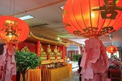 De gouden Chinese standbeelden en de lantaarns van Boedha Stock Foto's