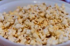 De gouden close-up van de karamelpopcorn Achtergrond van popcorn Snacks en voedsel voor een film royalty-vrije stock foto's