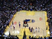 De gouden de Strijdersspeler Stephen Curry van de Staat druppelt bal onderaan mede Stock Foto's