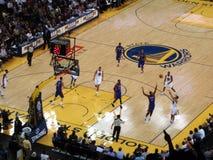 De gouden de Strijdersspeler Stephen Curry van de Staat neemt drie puntsho Royalty-vrije Stock Foto