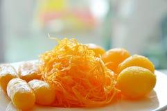 De gouden die draden en het boondeeg met de ballen van de eierdooierzachte toffee in stroop worden gekookt assorteerden Thais sno Royalty-vrije Stock Fotografie
