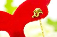 De gouden die juwelen van de de oorringsdolfijn van de tegenhangerkamee op wit worden geïsoleerd Royalty-vrije Stock Afbeeldingen