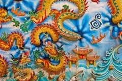 De gouden draak op de muurachtergrond Royalty-vrije Stock Foto's