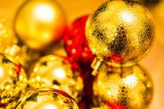 De gouden en rode decoratie van Kerstmisballen op de Kerstboom Royalty-vrije Stock Foto's