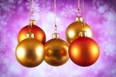 De gouden en rode snuisterijen van Kerstmis Stock Fotografie