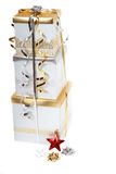 De gouden en zilveren verpakte giften van Kerstmis royalty-vrije stock afbeeldingen