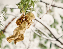 de gouden engel hangt stuk speelgoed op een sneeuwtak Stock Foto's