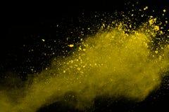 De gouden explosie van poederdeeltjes Schitter uitbarsting met gouden textuur De gele plons van het kleurenstof voor manierachter stock afbeelding