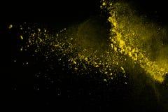 De gouden explosie van poederdeeltjes Schitter uitbarsting met gouden textuur De gele plons van het kleurenstof voor manierachter stock fotografie