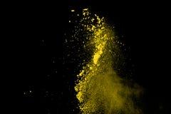 De gouden explosie van poederdeeltjes Schitter uitbarsting met gouden textuur De gele plons van het kleurenstof voor manierachter royalty-vrije stock afbeelding