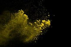 De gouden explosie van poederdeeltjes Schitter uitbarsting met gouden textuur De gele plons van het kleurenstof voor manierachter stock afbeeldingen