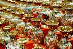 De gouden flessen van het cloisonneemail stock afbeeldingen