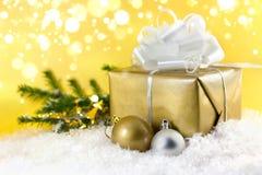 De gouden gift van Kerstmis Stock Foto's