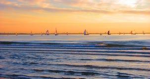 De gouden hemel en de regatta. Royalty-vrije Stock Afbeelding