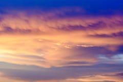 De gouden hemel is zeer mooi en de zon binnen enkel gegaan Stock Foto