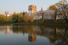 De gouden Herfst in Novodevichy bedriegt Stock Foto's