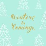 De gouden het van letters voorzien Winter komt en driehoekssparren op turq vector illustratie
